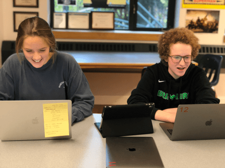 Rebecca Calhoun '19 and Cara Rittner '19 editing pictures during AP Photography. Photo by Sita Alomran '19.