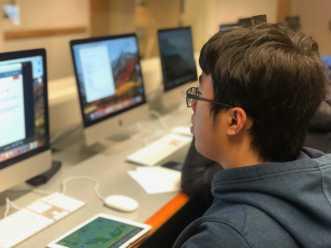 Tony Wang '20 working in the Papas lab. Photo By Sita Alomran '19.