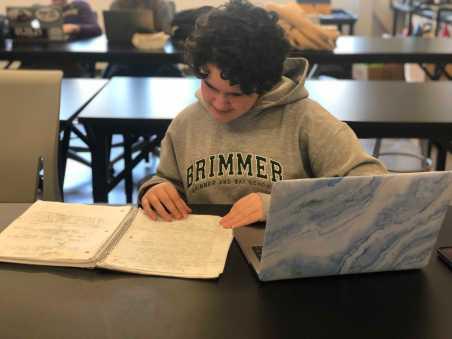 Zoe Kaplan '21 reviewing her notes. Photo by Sita Alomran '19.