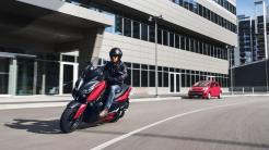 2018-Yamaha-XMAX-125-ABS-EU-Radical-Red-Action-004