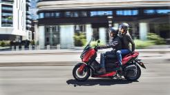 2018-Yamaha-XMAX-125-ABS-EU-Radical-Red-Action-007