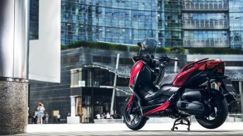 2018-Yamaha-XMAX-125-ABS-EU-Radical-Red-Static-006