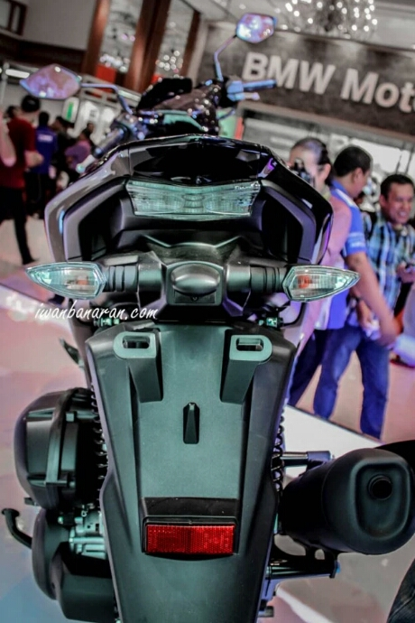 Tampak belakang Yamaha Aerox 155 Hitam tipe standart