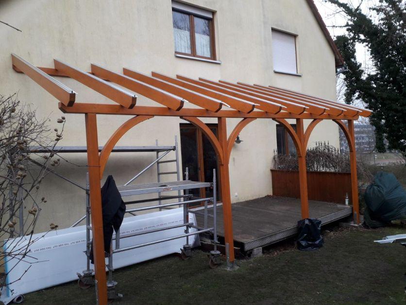 fertig verschraubte Holzkonstruktion, optische sehr schön durch die angebrachten Bögen