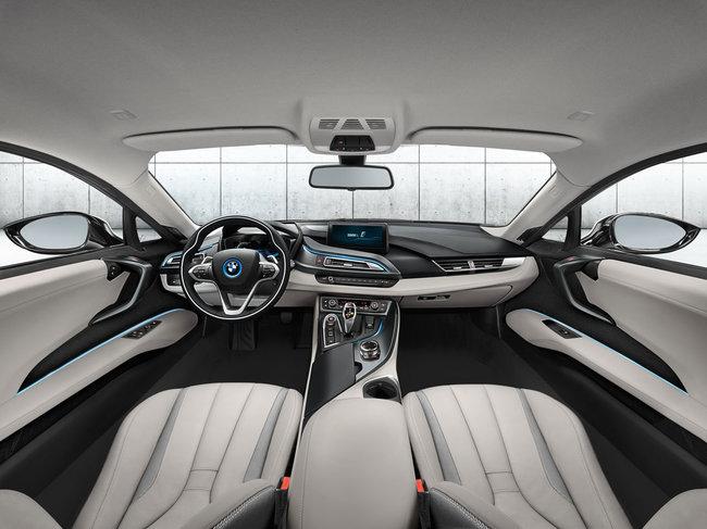 BMW i8 interni bianchi