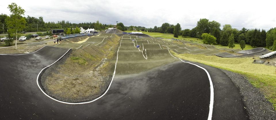 Vue de la première courbe sur lapiste de BMX de Drummondville dans le parc des voltigeurs