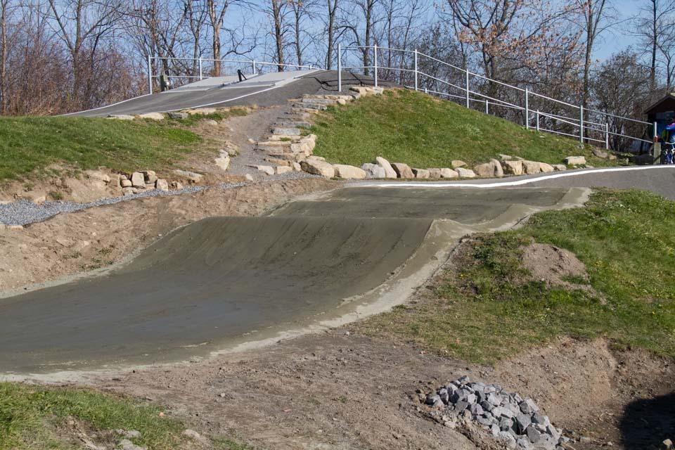 Construction et conception de la piste de BMX de calibre régional dans le du parc René-Lévesque à Boisbriand, proche de l'école primaire du Mai.