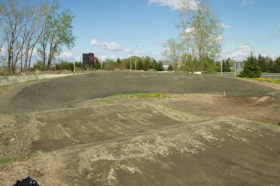 Construction et aménagement de la piste de BMX de calibre régional dans le du parc Pierre-Laporte à Bouchervile, proche de la maison des jeunes de Boucherville.