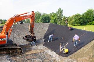 Pavage et asphaltage, pose d'enrobé bitumineux sur le départ, les courbes, l'arrivée et le sentier d'accès et pumptrack