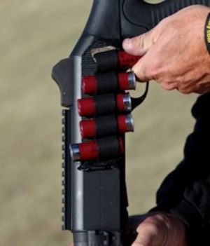 Поскольку дробовик ограничен в ёмкости магазина (обычно не более 7-9 патронов), важно иметь запас прямо на оружии. Боковой патронташ вроде изображённого позволяет иметь не только запас, но и альтернативный вид метательного снаряда