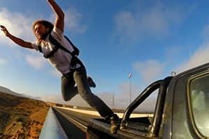 Выпрыгивать из автомобиля на ходу