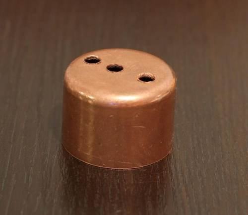 обычная заглушка с просверленными отверстиями для термометра и паропровода
