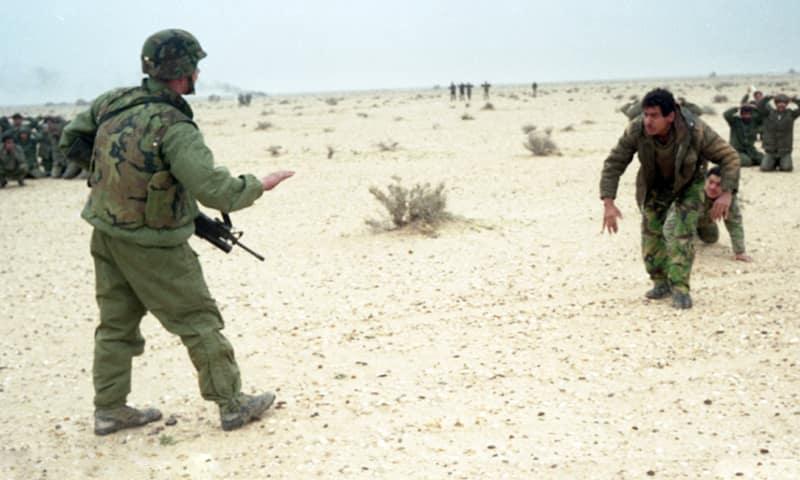 Военнопленные солдаты армии Ирака, пленённые и обыскиваемые американскими войсками.
