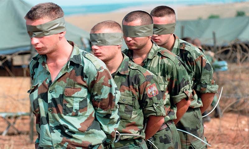 На фото: военнослужащие сербской армии, пленённые войсками НАТО и подготовлены к транспортировке. Косово, Югославия, 1990-е годы.