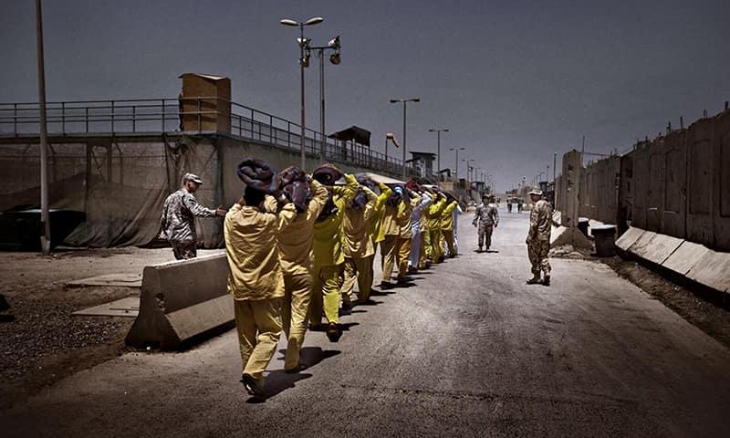 На фото вверху: лагерь Кэмп-Букка армии США для военнопленных и перемещённых лиц, Ирак 2002 – 2016г. Площадь лагеря более 16 гектар, через него прошло около 26 тыч. человек.