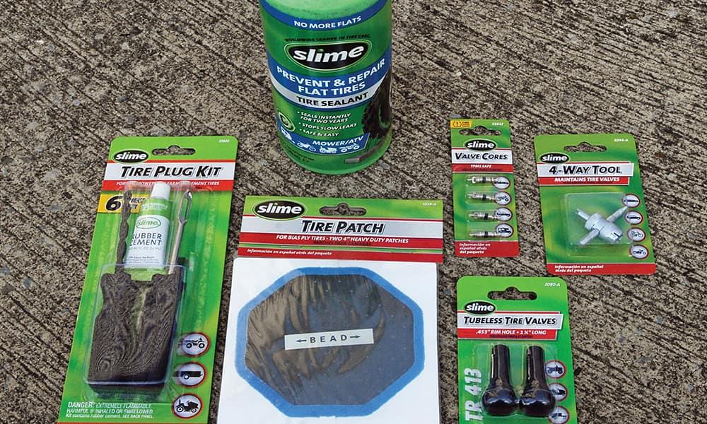 """Герметик для шин Slime (который вводится внутрь колеса и закрывает прокол), и более """"традиционные"""" наборы для ремонта шин."""