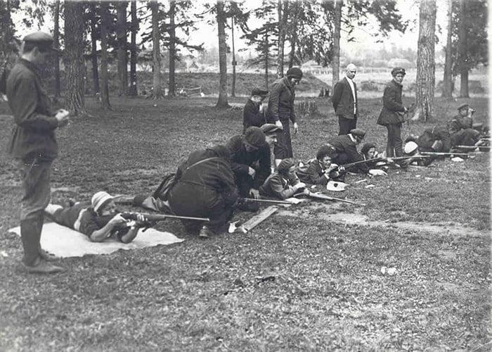 На фото: СССР 1940г, женщин обучают стрельбе.