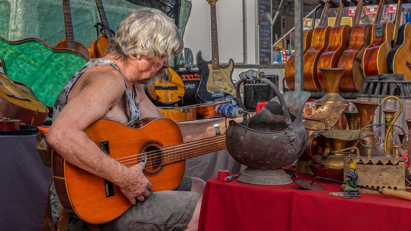 Jalon, man met gitaar, Vlooienmarkt