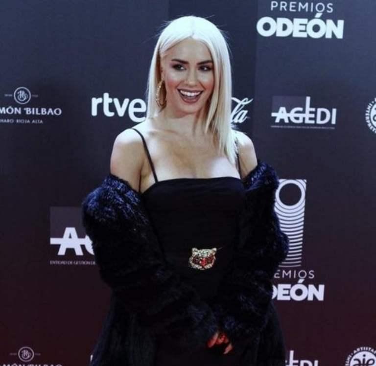 Lali deslumbra en los premios Odeón en España donde graba una nueva serie