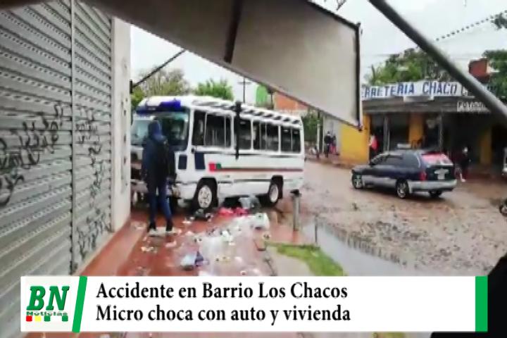 Micro choca con auto y luego una vivienda en el Barrio Los Chacos