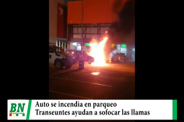 Auto se incendia en un parqueo y transeúntes ayudan a sofocar las llamas evitando su siniestro total