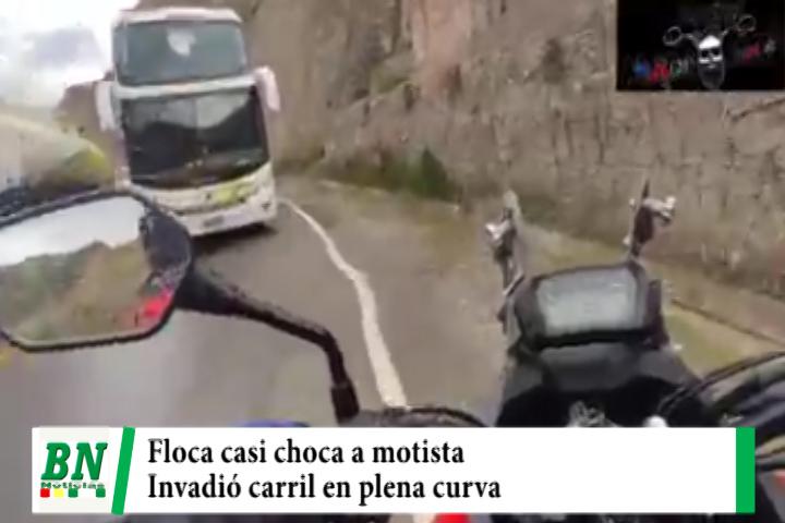 Motociclista denuncia que flota casi lo choca al invadir su carril en plena curva