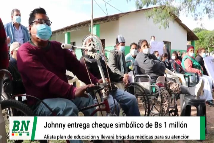 Johnny entrega cheque simbólico para bono a personas con discapacidad y alista plan educativo