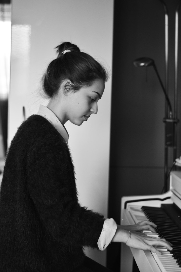 shooting-piano-girl-black-and-white (1)