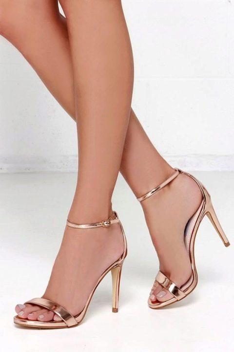 sapato de salto dourado