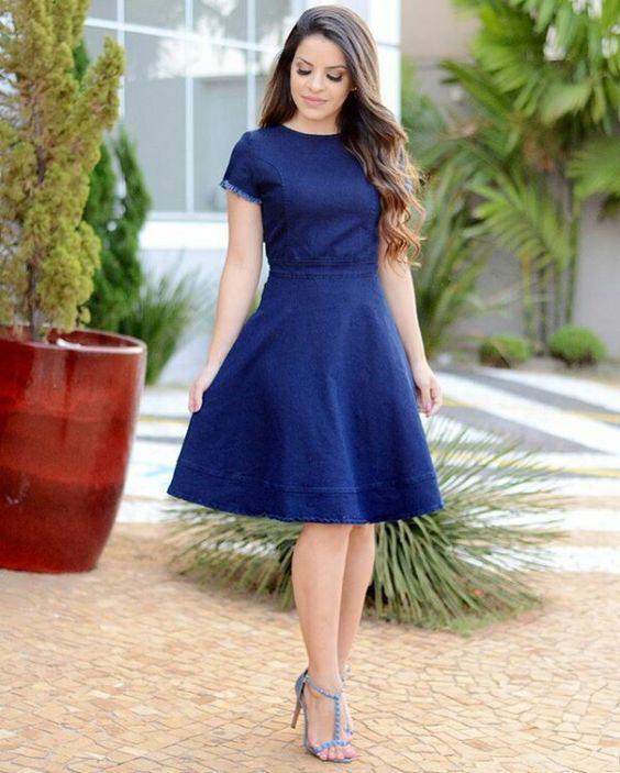 vestido azul na altura do joelho