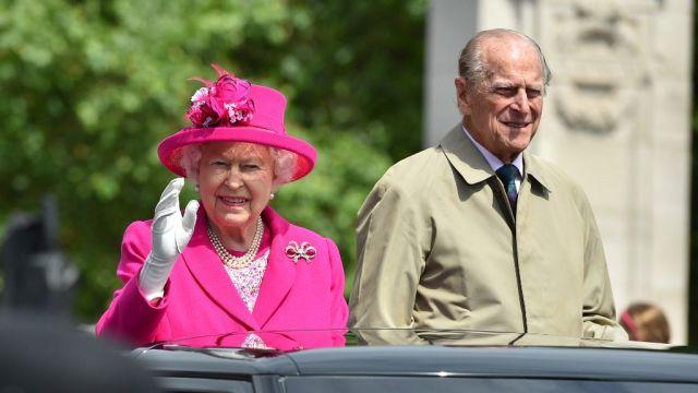 Rainha Elizabeth, 94 anos, e o príncipe Philip, 99, foram vacinados contra a covid