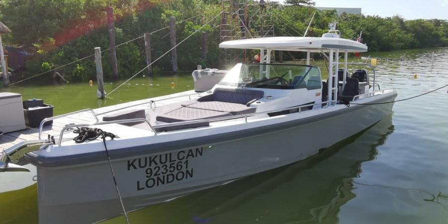 Fast boat Axopar