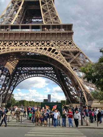 child pickpockets, Eiffel Tower, Paris France
