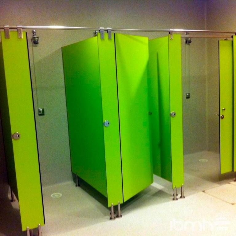 Cabinas para baños o vestuarios en panel fenólico de colores