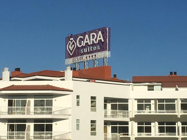 Hotel Gara Suite – Rótulo Luminoso Lamas Antieólicas