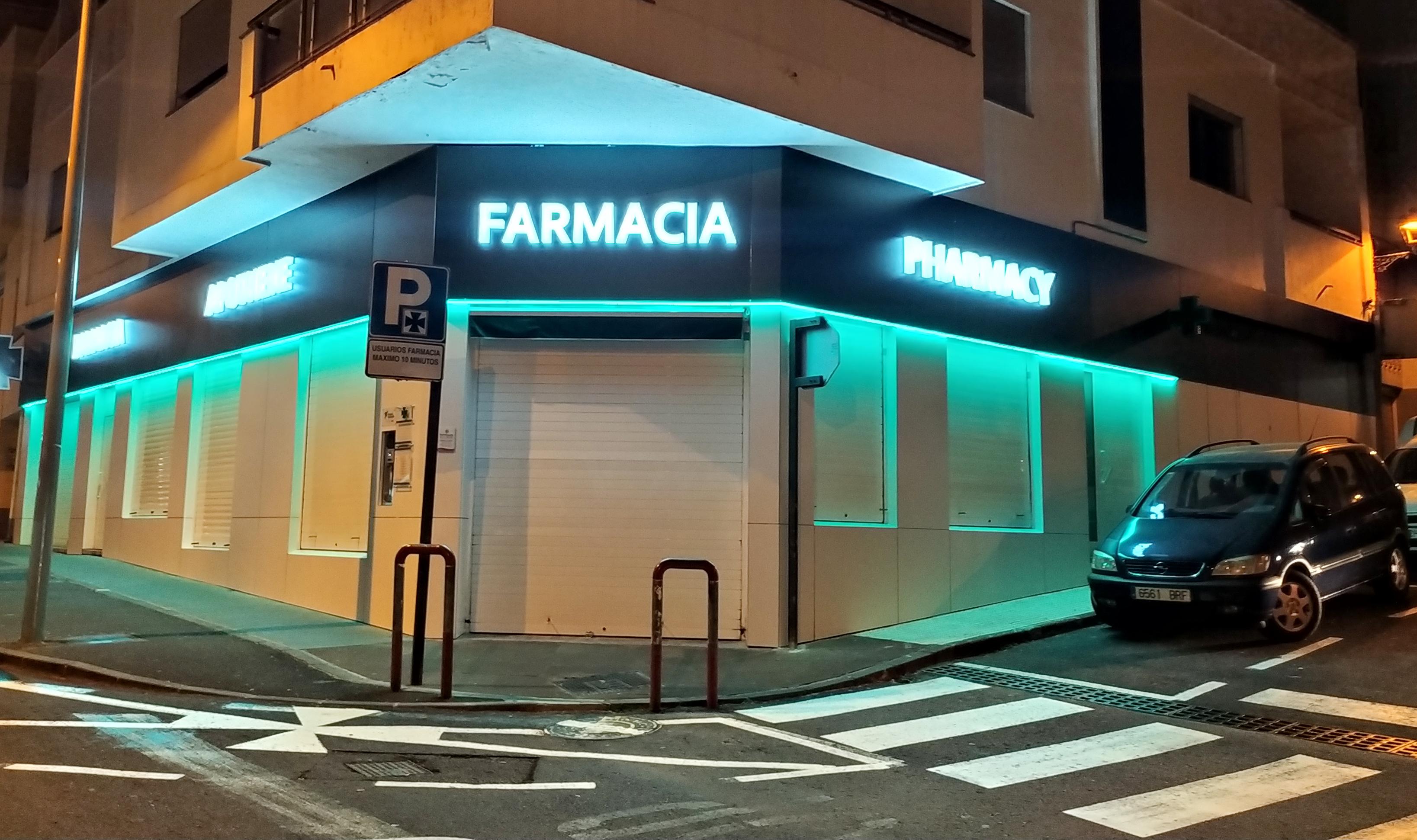 Farmacia David Hernandez Cebrian en Tacoronte – Letreros luminosos y revestimiento de fachada en fenólico