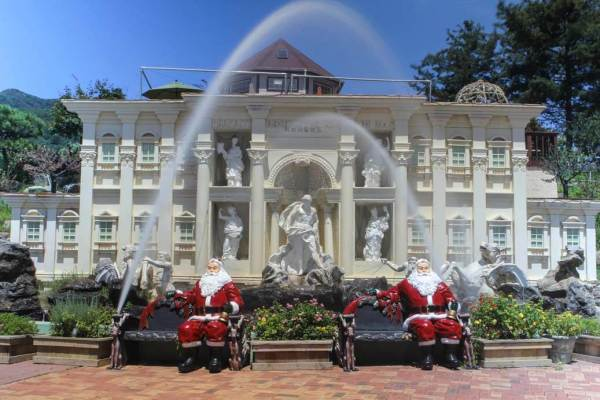 Santa-Clauses-in-Front-of-Building