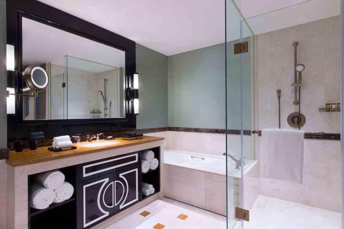 sheMFMSIgb 237223 Deluxe Guest Bathroom Med