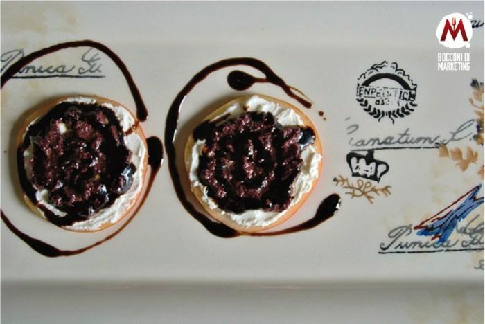 Tartine di pere con caprino e olive nere