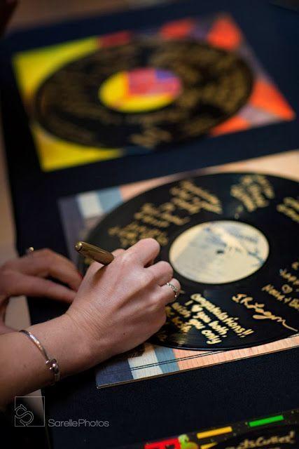 Иди ультра Винтаж. Возьмите несколько пластинок и золотые шарпи. Они могут быть обрамлены впоследствии, чтобы украсить ваши стены. Фотография: Sarelle фотографии.