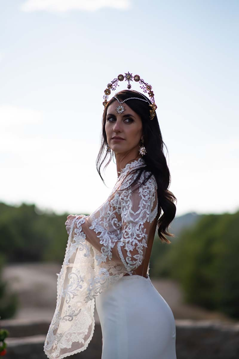 Mireia con traje de novia y corona