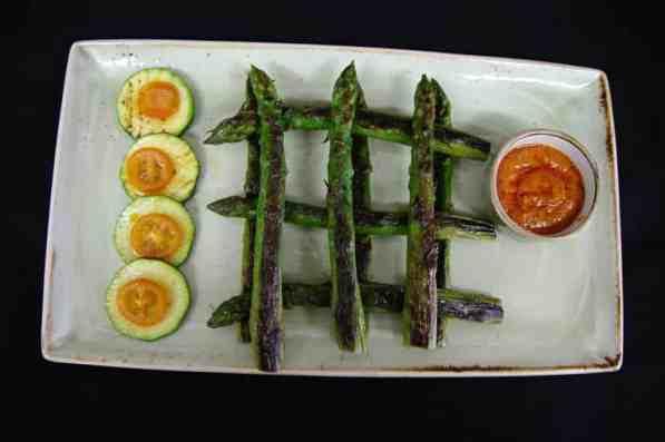 Espárragos Verdes Naturales a la Parrilla con Salsa de Romesco