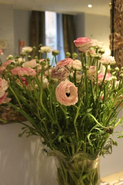 Mange nydelige blomsterdekorasjoner overalt