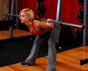 Девушка тренируется дома