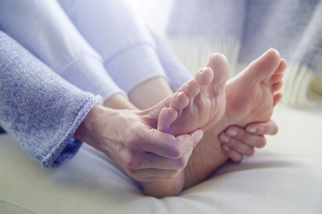 Der Körper gibt Warnsignale für diabetische Nervenschäden - wichtige Anzeichen sind Kribbeln, Schmerzen oder Taubheit in den Füßen.