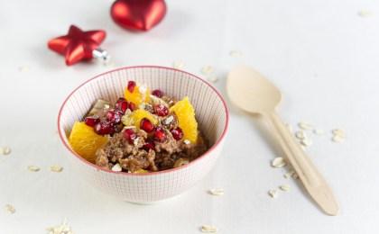 Weihnachtliche Rezeptidee für das Frühstück: Schoko-Zimt-Porridge mit Orange und Granatapfel.