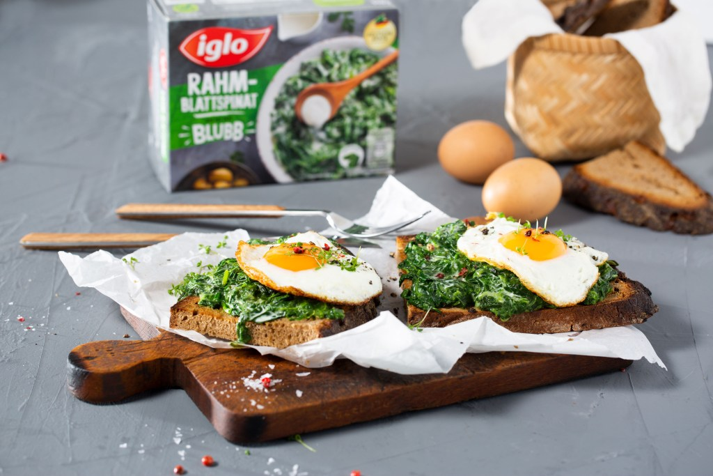 """Drei Zutaten für ein schnelles und schmackhaftes Gericht: Die """"Stulle 2.0"""" mundet mit Krustenbrot, Rahm-Blattspinat und einem frisch gebratenen Spiegelei."""