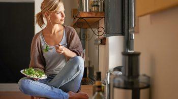 Frau isst gesundes Superfood