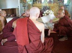 Marnix van Rossum temidden van monniken in tempel