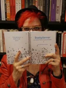 Jolanda Pikkaart met de Boekplanner research non-fictie boek